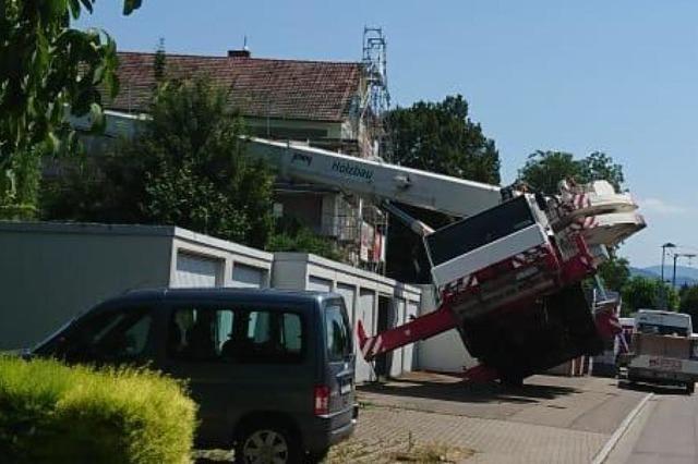 Eingesunkener Boden ließ Kran auf ein Dach in Heitersheim stürzen
