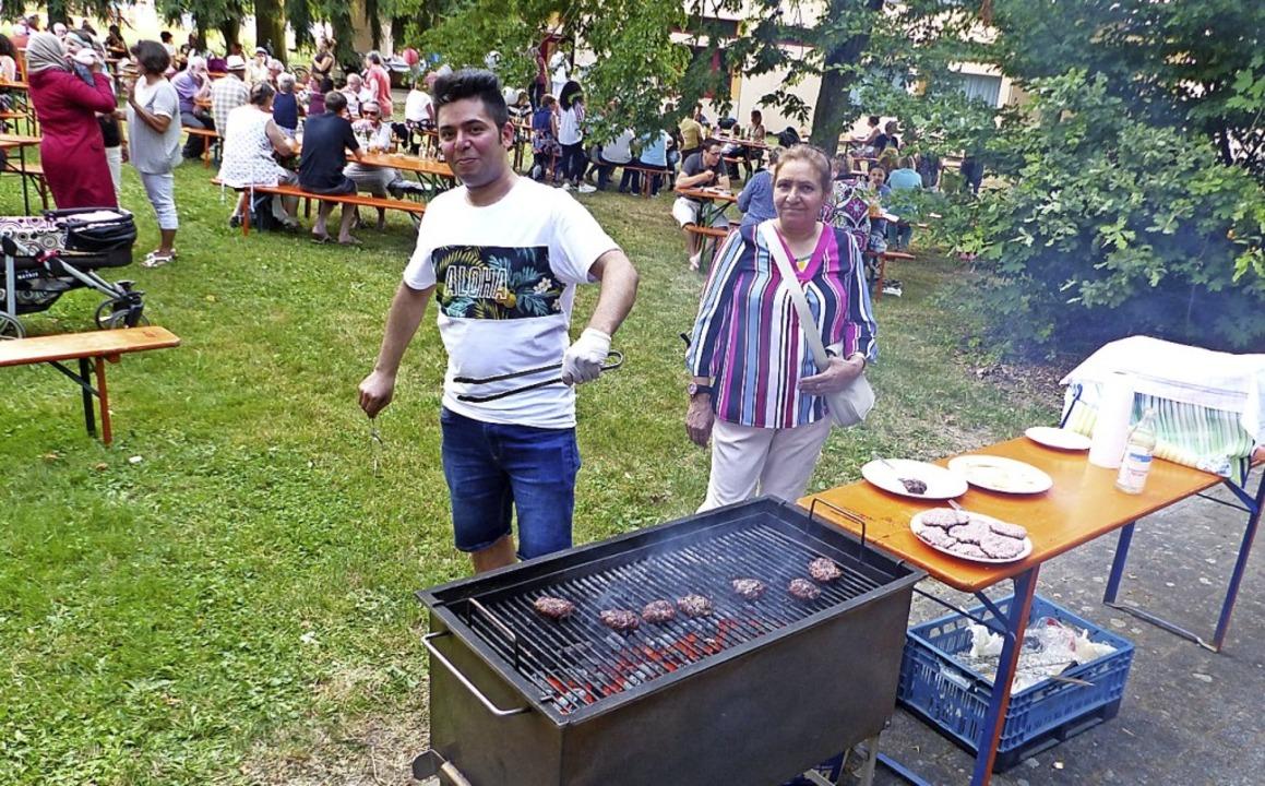 Grillmeister Reza verwöhnte die Gäste mit iranischem Kebab.   | Foto: Claudia Bachmann-Goronzy