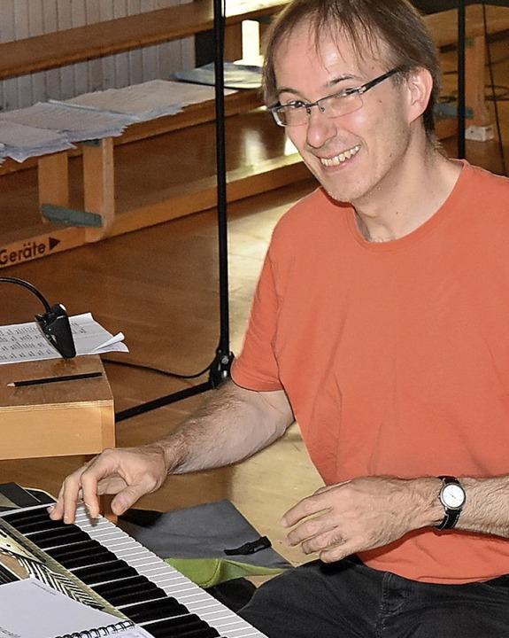 Der musikalische Leiter des Musicals Wolfgang Haller bei den Proben  | Foto: Heinz und Monika Vollmar