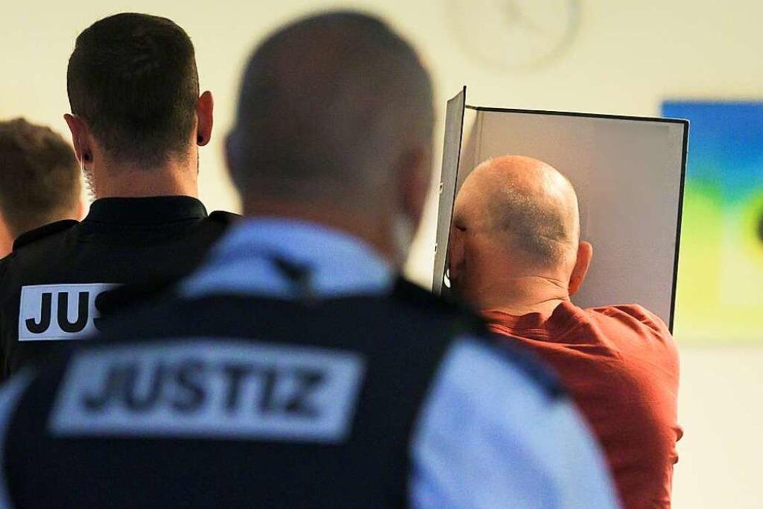 Bernhard H. wird nach dem Prozess abgeführt.  | Foto: Silas Stein (dpa)