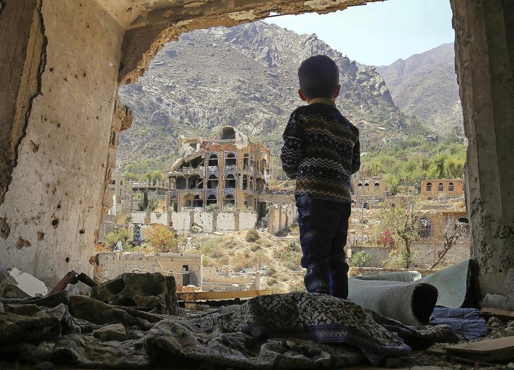 Das Archivbild zeigt einen Jungen nach... Luftangriff im südjemenitischen Taez.  | Foto: AHMAD AL-BASHA