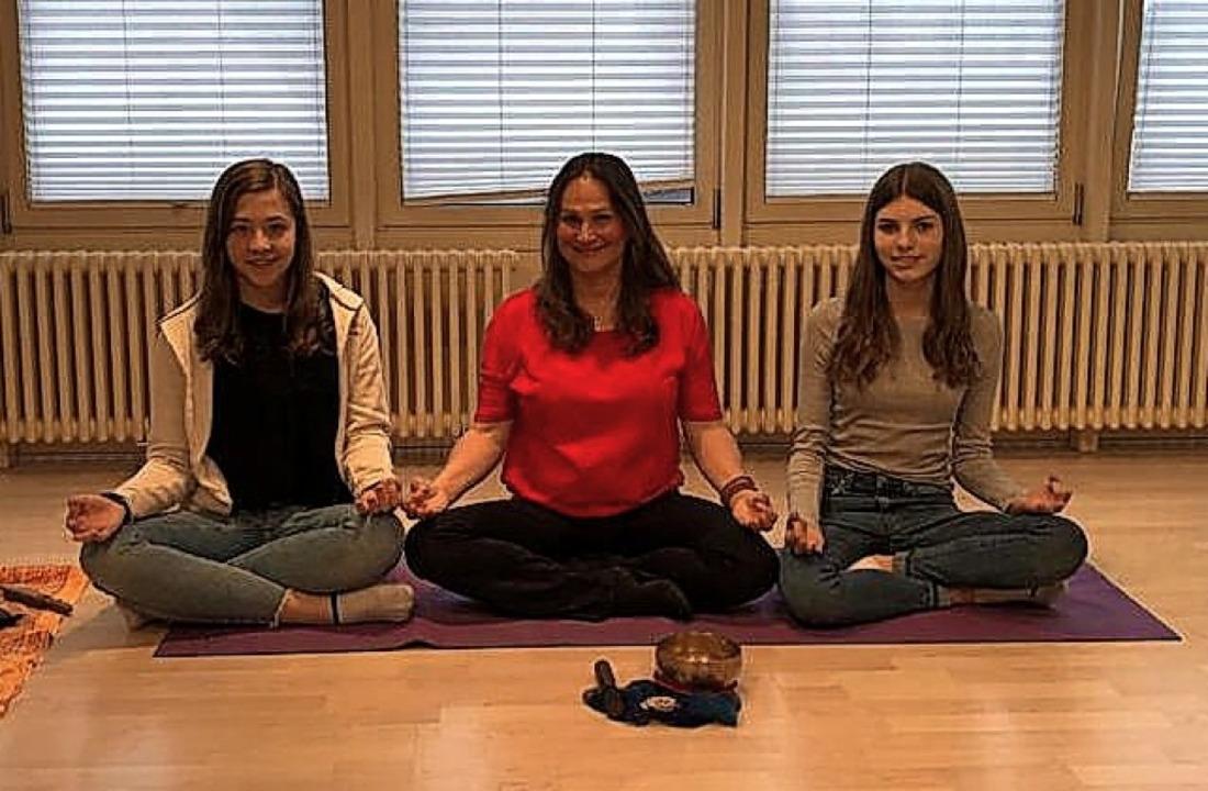 Antonia Rohrer, Anette Fakler-Schwind ...isser (von links) im Meditationssitz.   | Foto: privat