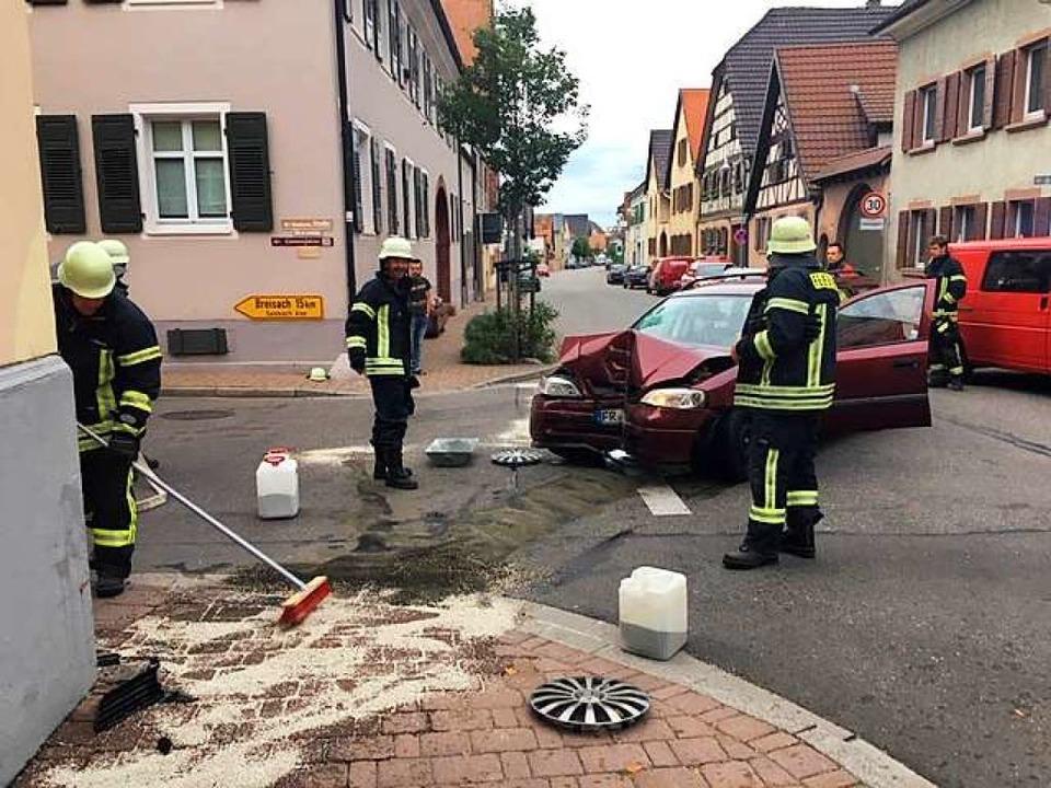 Frontal gegen das Gebäudeeck der Winze...sen prallte ein Auto am Sonntagmorgen.    Foto: Feuerwehr