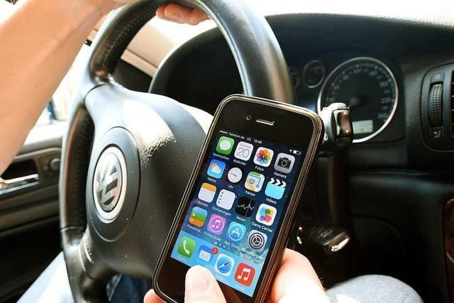 Mit Handy hantiert und Polizei gerammt