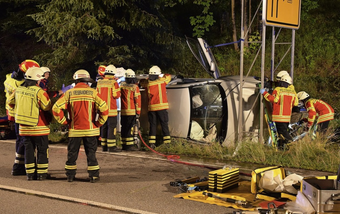 Das Fahrzeug verkeilte sich in der Sta...z war die Feuerwehr aus Hinterzarten.   | Foto: kamera24