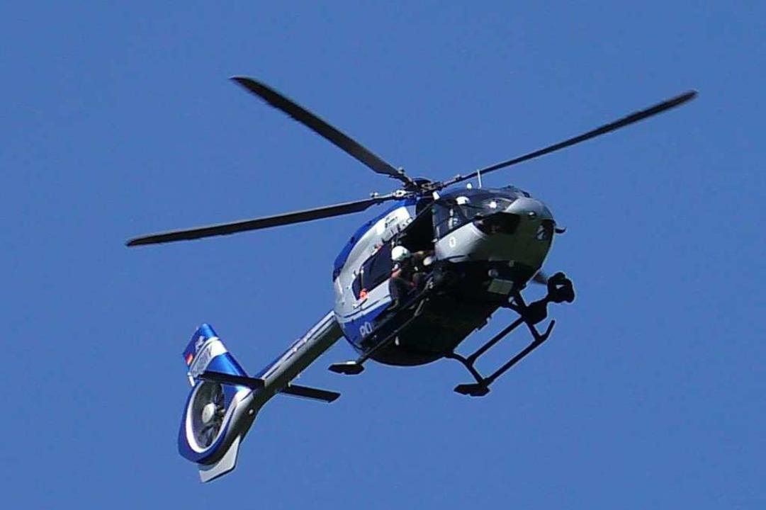 Mit einem Polizeihubschrauber wird nac...missten Wanderer bei Todtmoos gesucht.  | Foto: kamera24.tv