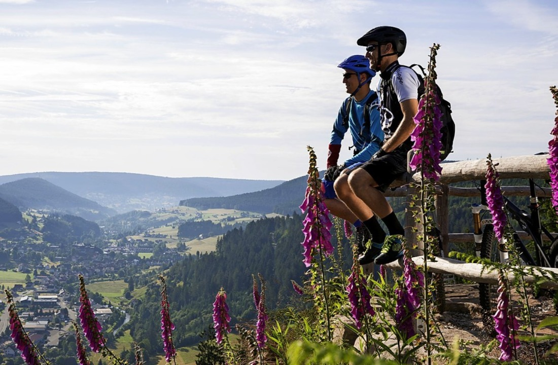 Biker genießen den Blick auf Baiersbronn im Nordschwarzwald.  | Foto: Ulrike Klumpp