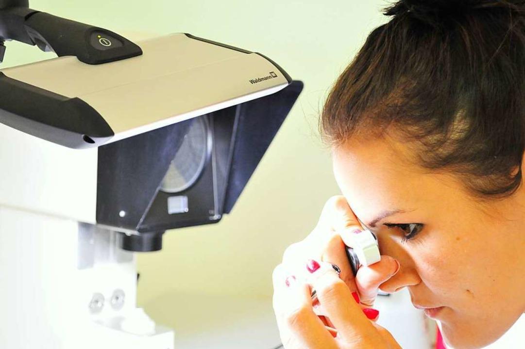 Entsprechen die Produkte den Qualitäts...terin nimmt eine Linse unter die Lupe.  | Foto: Hecht