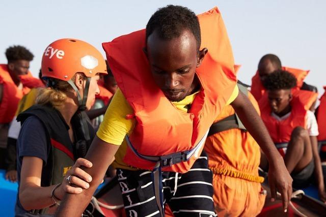 Pro & Contra: Soll die Kirche ein Rettungsschiff ins Mittelmeer schicken?