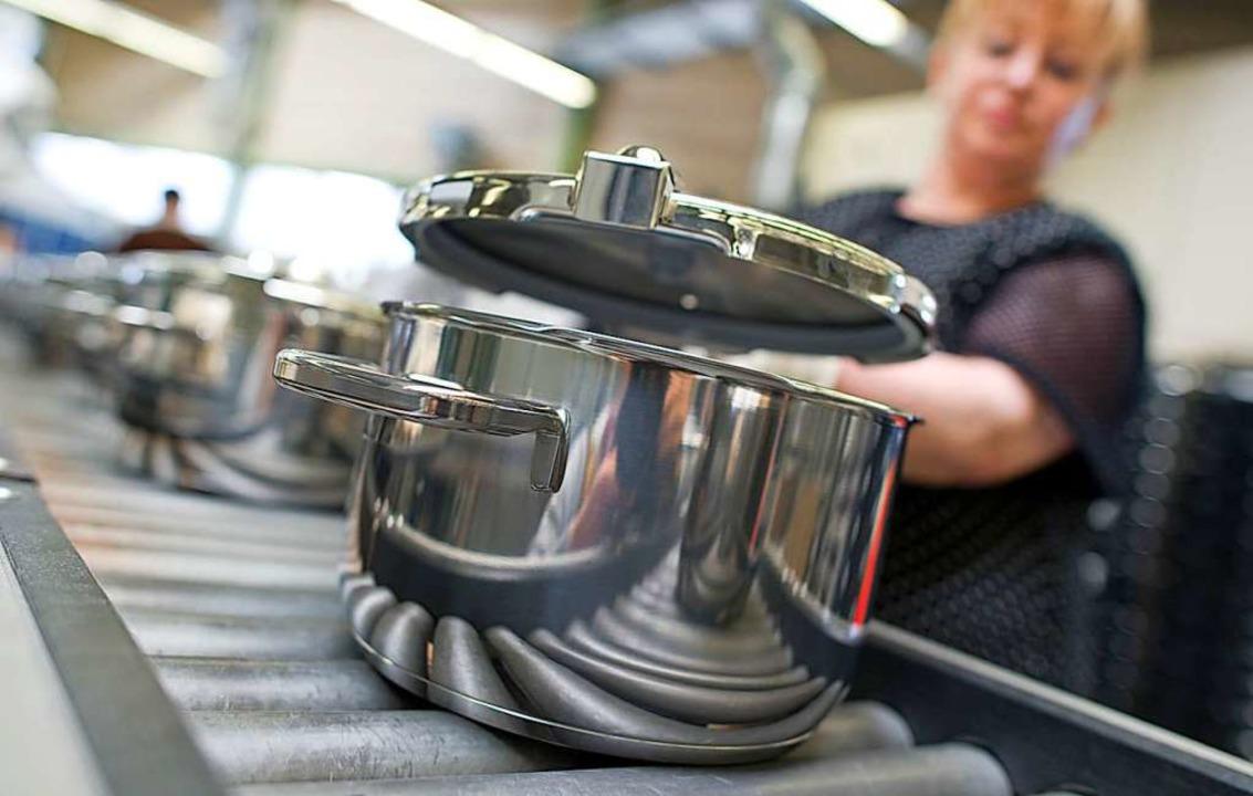 Topf-Produktion im Stammwerk des Küche...embergische Metallwarenfabrik AG (WMF)  | Foto: Uwe Anspach (dpa)
