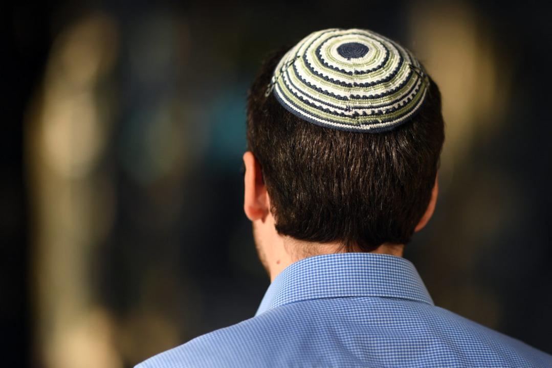 Viele deutsche Juden, auch in Freiburg...re Kippa offen zu tragen (Symbolbild).  | Foto: Uli Deck (dpa)