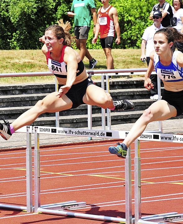 Anna-Lena Gamp vom TV Lenzkirch (links...e über die Hürden zur Bronzemedaille.   | Foto: Ottmar Heiler
