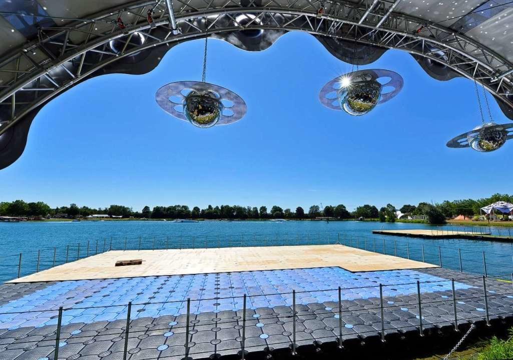 Blick von der Stage 5 auf die Ponton-B...nde bis zu 700 Menschen tanzen können.  | Foto: Michael Bamberger