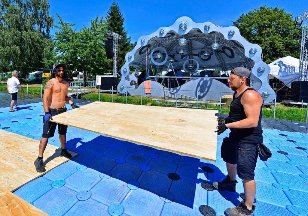 Die Ponton-Bühne wird mit Holzplatten belegt.  | Foto: Michael Bamberger