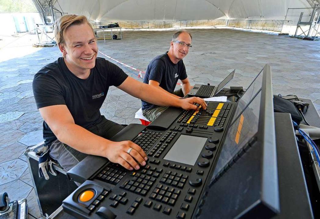 Carsten Rauleder (links) und sein Koll...nz testen die Lichtanlage vor Stage 2.  | Foto: Michael Bamberger