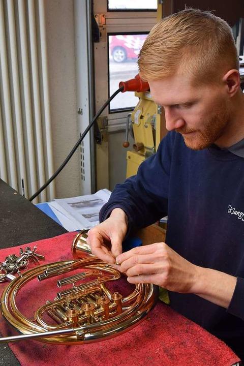 Metallblasinstrumentenmachermeister Ma... auch Instrumente, hier ein Waldhorn.   | Foto: Kai Kricheldorff