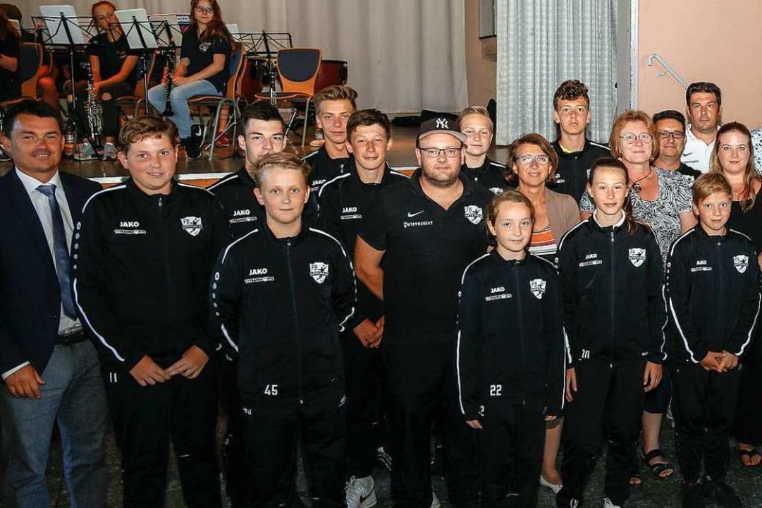 Bürgermeister Matthias Gutbrod (links)...folgreiche Sportlerinnen und Sportler.  | Foto: Sandra Decoux-Kone