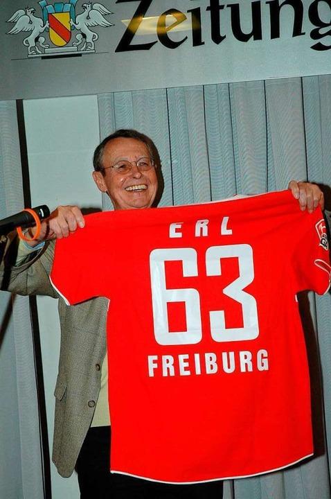 Zu seiner Verabschiedung in den Ruhest...zel des glühenden SC-Fans, ein Trikot.  | Foto: privat
