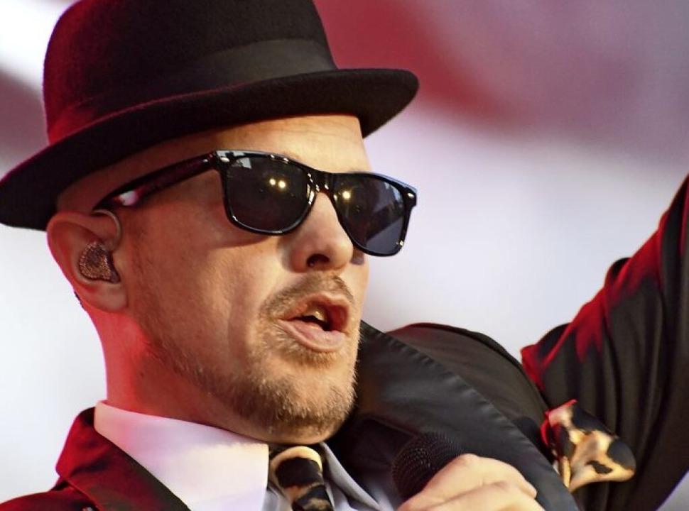 Bowler, Krawatte und Sonnenbrille sind...eichen: Jan Delay auf der Stimmenbühne  | Foto: Barbara Ruda