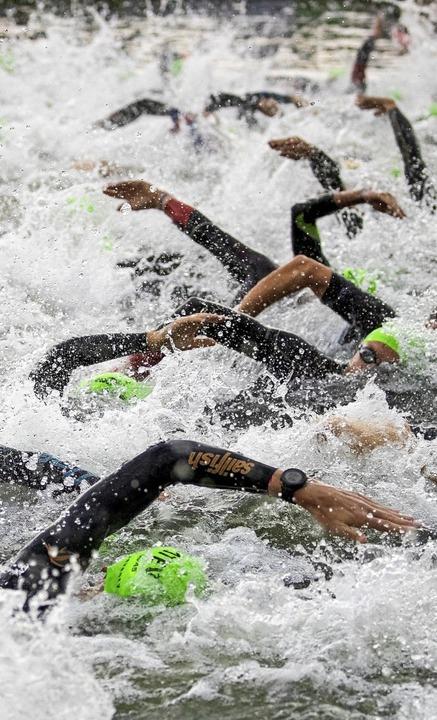 Schwimmen ist oft die Angstdisziplin d...am Rand des Schwimmfeldes aufstellen.     Foto: Daniel Karmann (dpa)