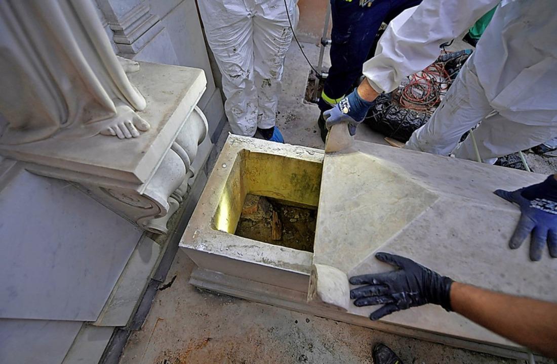 Ermittler öffnen eines der Gräber im Vatikan.     Foto: HANDOUT (AFP)