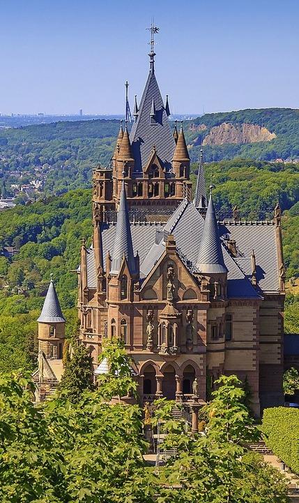 Neben dem spannenden politischen Progr...chen die BZ-Leser Schloss Drachenburg.  | Foto: Uwe Mueller (stock.adobe.com)