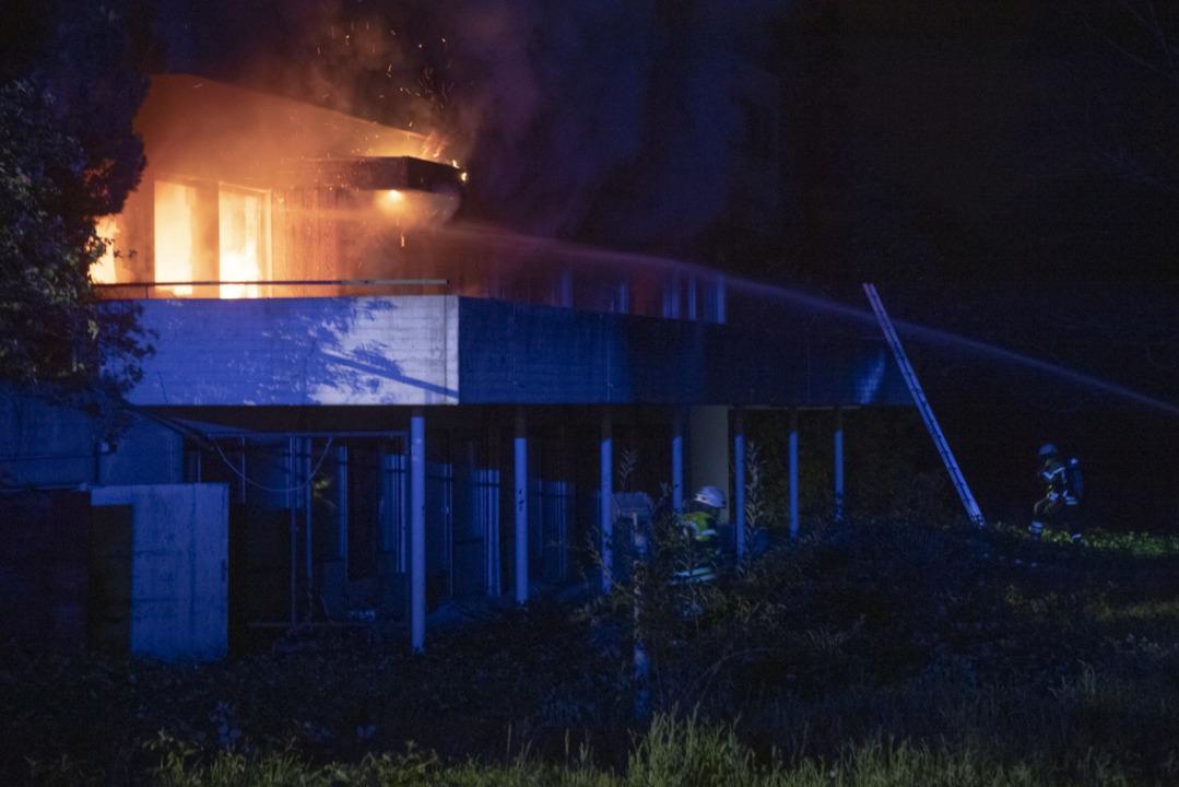 Flammen schlagen aus der westlichen Gebäudefront  | Foto: Volker Münch