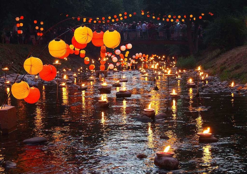 Über 15 000 Kerzen und Lampions lassen...heit in romantischem Licht erstrahlen.  | Foto: Kur- und Bäder Gmbh