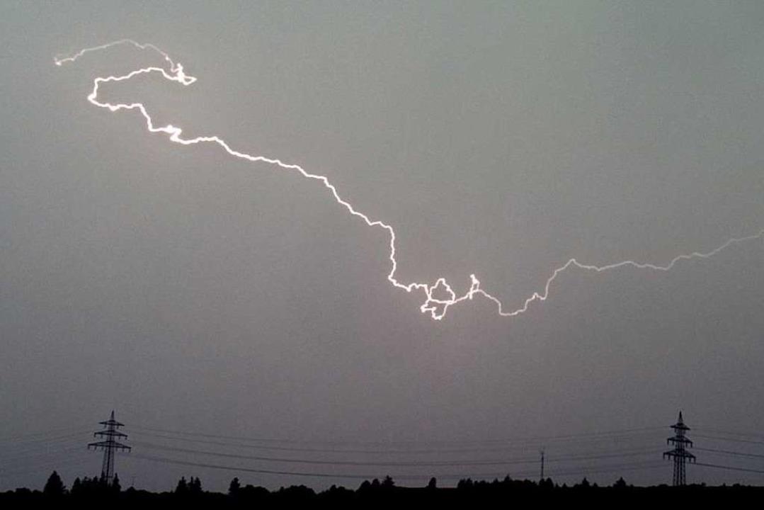 Ein Blitz hat am Freitagmorgen in Langenwinkel hohen Schaden angerichtet.  | Foto: Patrick Seeger