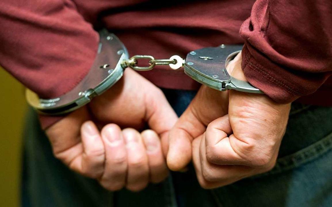 Einen 18-jährigen Verdächtigen nahm di...n einer Gartenhütte fest (Symbolbild).  | Foto: Sven Hoppe