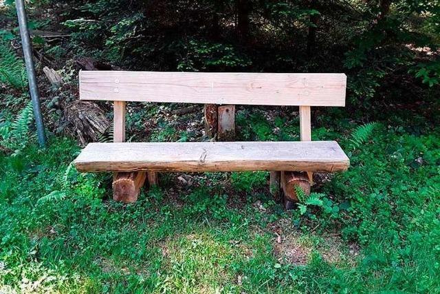 Unbekannte klauen Bänke aus Wald bei Gersbach