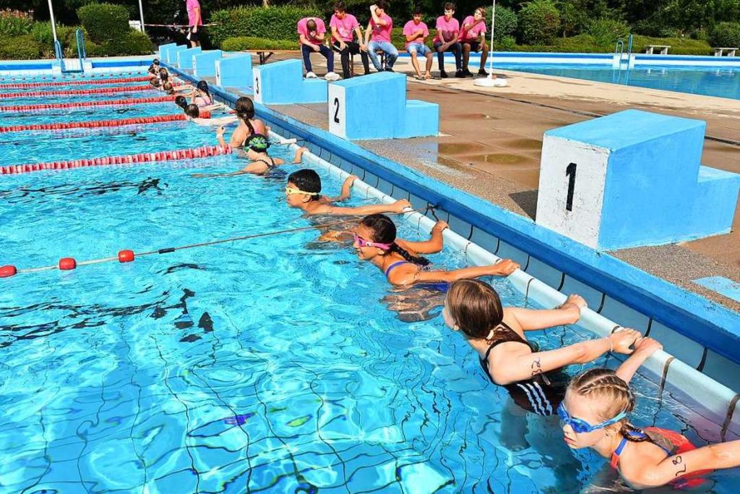 Die Schüler mussten schwimmen und laufen.  | Foto: Heinz und Monika Vollmar