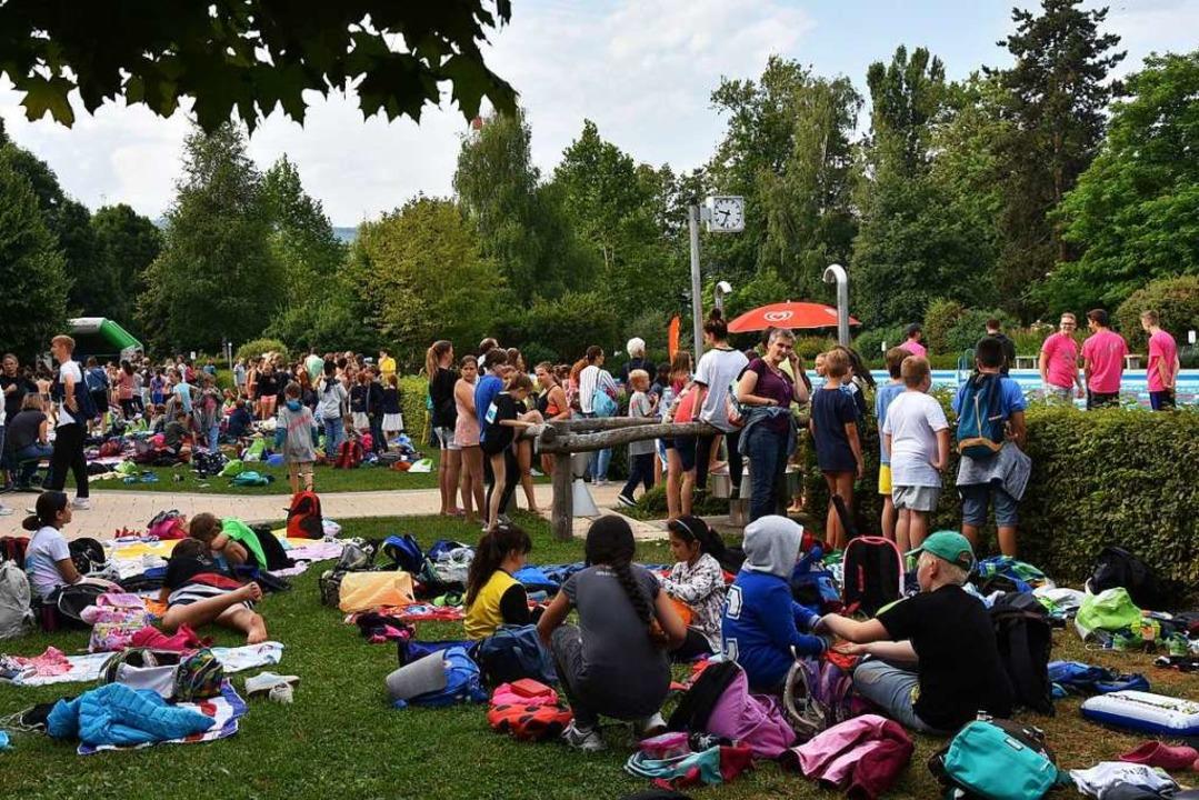 Auch die Wiese im Freibad war dicht be...ten Eltern oder Verwandte mitgebracht.  | Foto: Heinz und Monika Vollmar