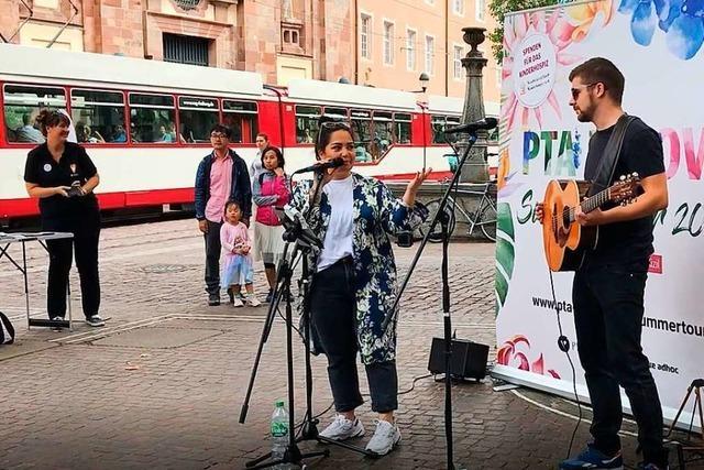 Bahar Kizil tritt in Freiburg als Straßenmusikerin für einen guten Zweck auf