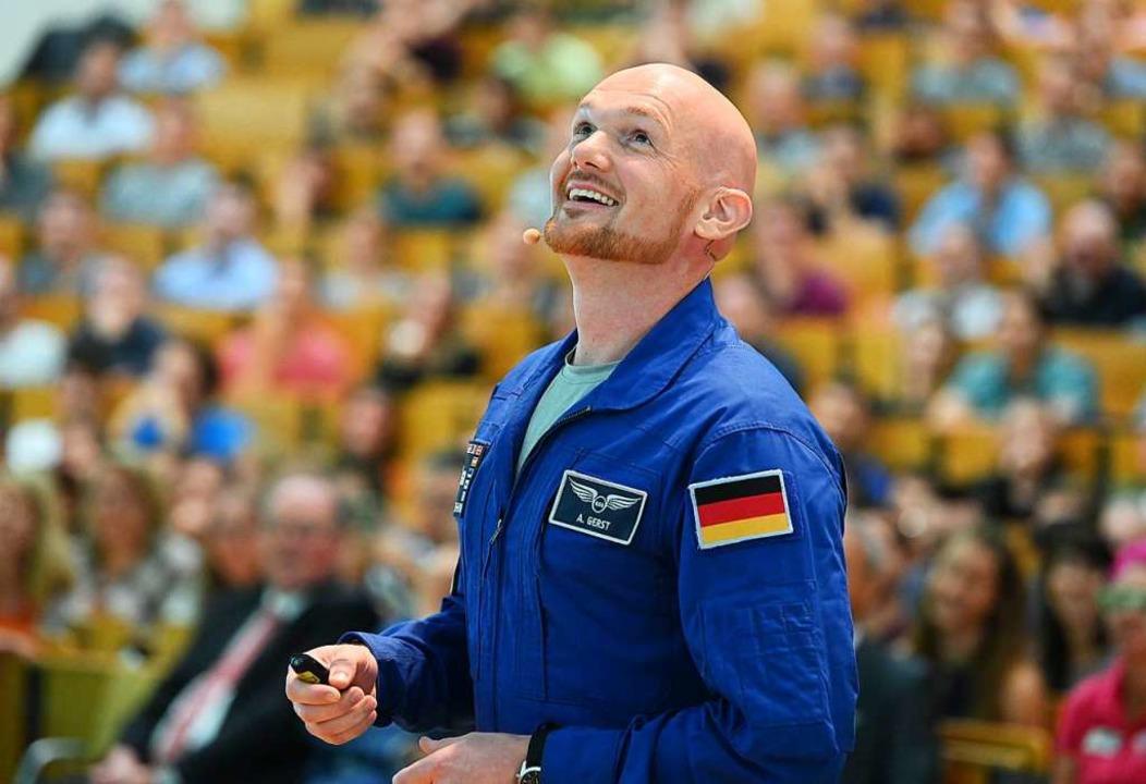 Der Astronaut Alexander Gerst hält am ...sruhe, dem Vorläufer des KIT, gemacht.  | Foto: Uli Deck (dpa)