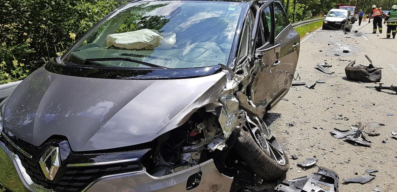 Fünf Verletzte gab es bei diesem Unfall an der Bruderhalde.   | Foto: Kamera 24