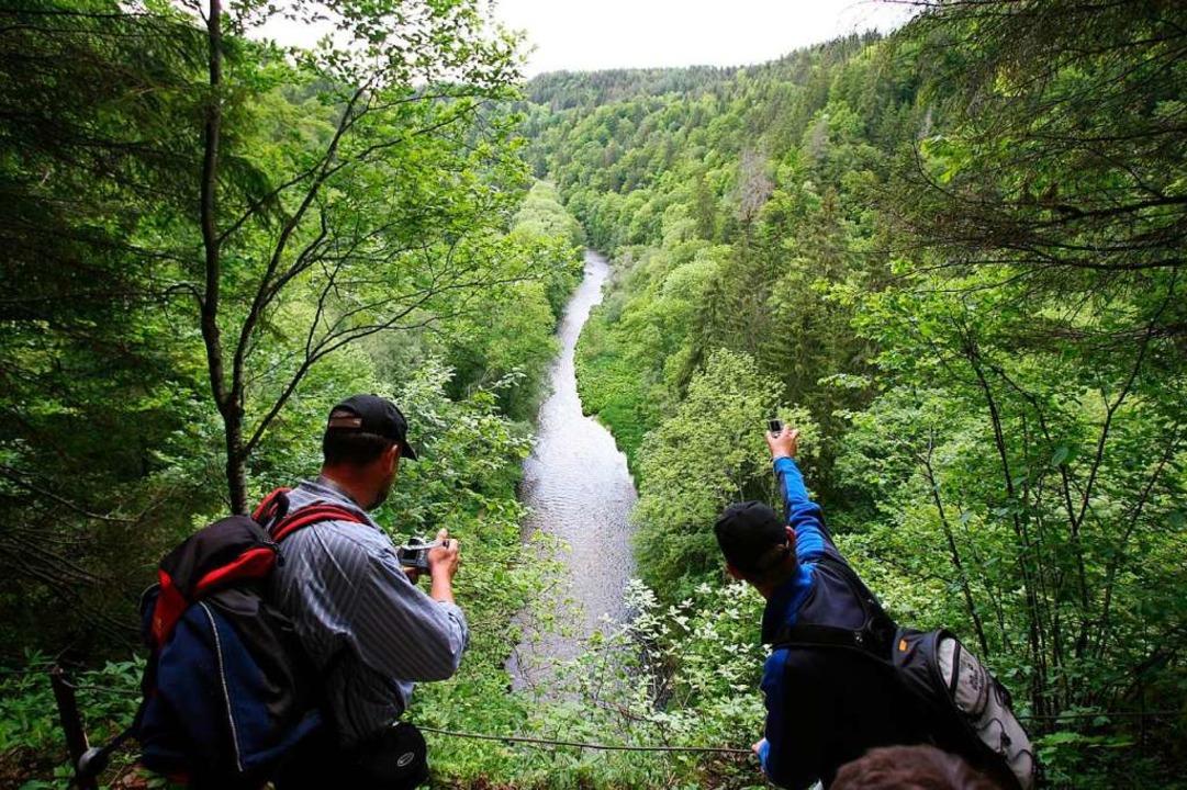 Archivbild: Wanderer fotografieren  die Wutachschlucht bei Bonndorf.  | Foto:  DPA Deutsche Presse-Agentur GmbH