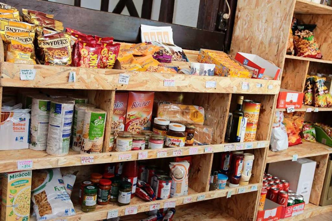 Aber auch Snacks verkauft das Späti-Kollektiv  | Foto: Gina Kutkat