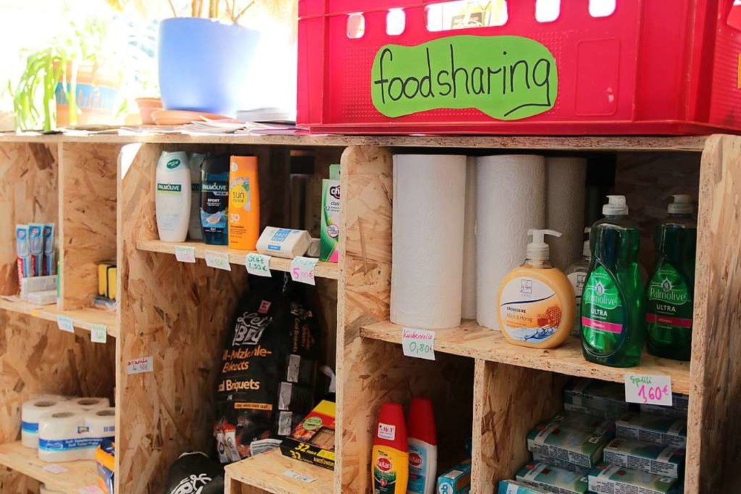 Was zu jedem Säti dazugehört: Produkte...bt's auch eine Foodsharing-Kiste  | Foto: Gina Kutkat