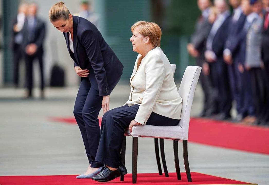 Bundeskanzlerin Angela Merkel (CDU) si...iksen beim Empfang vor dem Kanzleramt.  | Foto: Michael Kappeler (dpa)