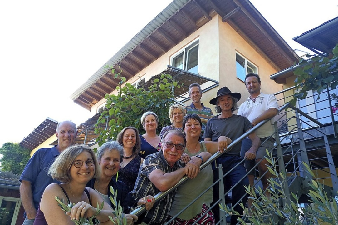 "Kaum Platz für alle ""Hausgrünler&...um Dachgeschoss mit Laubengang führen.  | Foto: Katja Rußhardt"