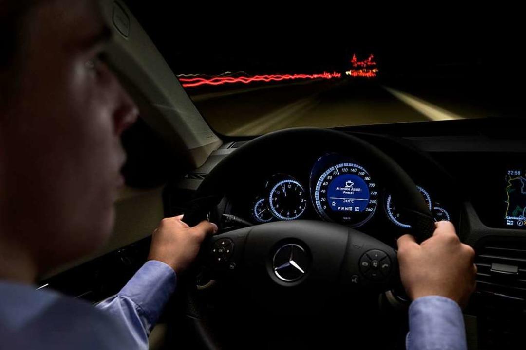 Beim nächtlichen Fahren steigt das Unf...llte er  Warnzeichen nicht ignorieren.  | Foto: Daimler
