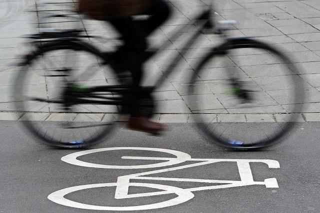 Rollerfahrer bringt auf dem Radweg einen Velofahrer zu Fall und fährt einfach weiter