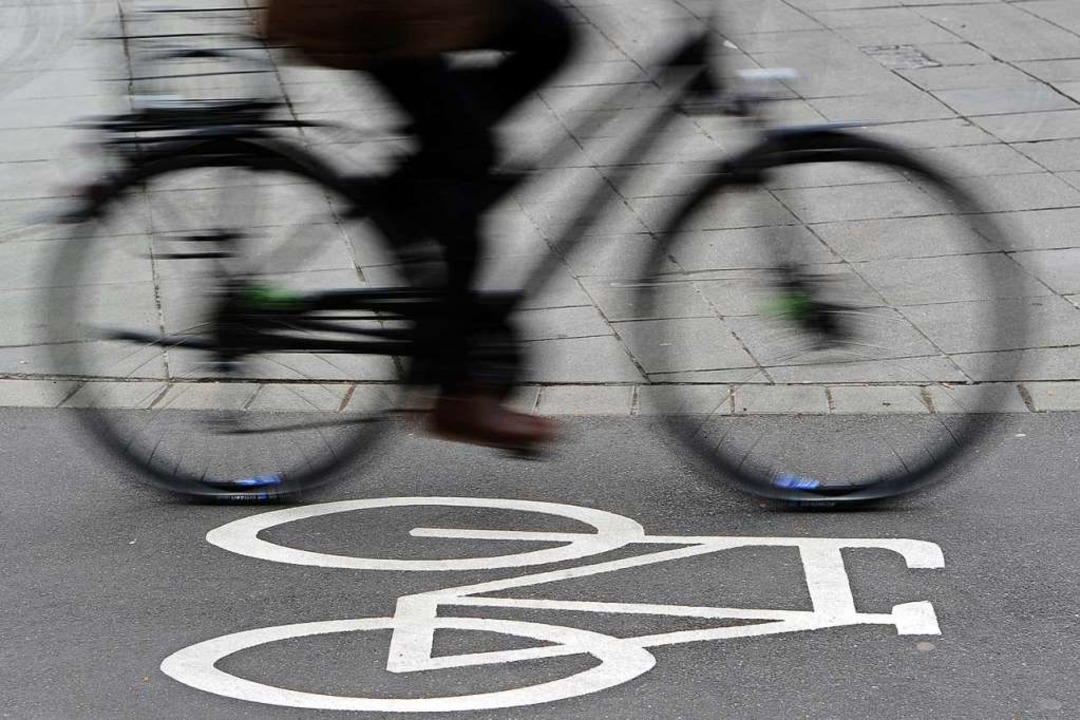 Ein Rollerfahrer bringt auf dem Radweg...und fährt einfach weiter (Symbolbild).  | Foto: Daniel Bockwoldt