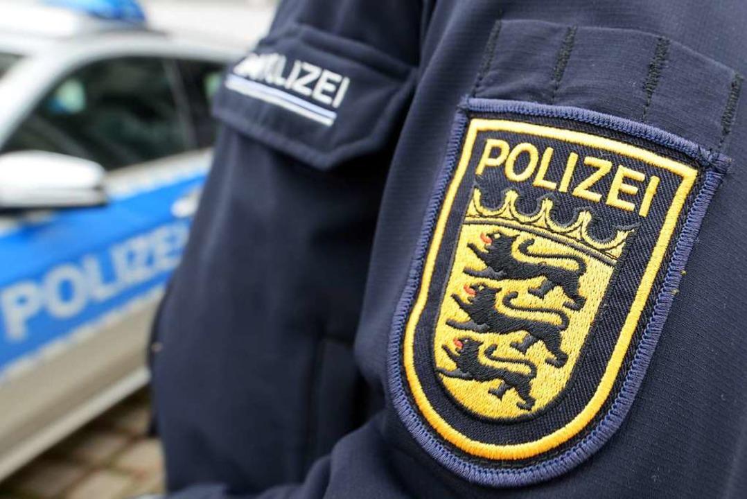Die Polizei findet eine Vielzahl von Z...en hinter der Tennishalle in Warmbach.  | Foto: Patrick Seeger (dpa)