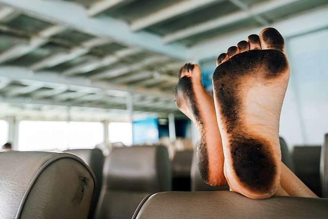 Darf man seine nackten Füße im Café oder Zug auf einen Sitz legen?