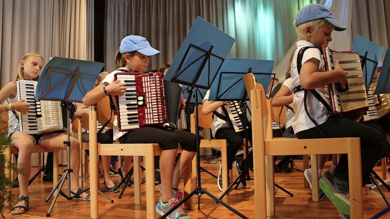 Mit großer Sicherheit an den Instrumenten traten die Jüngsten auf.  | Foto: Dagmar Barber