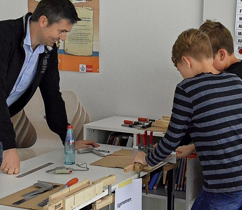 Mit einem Tag der offenen Türen feiert...weise und Lehrer boten auch Spiele an.    Foto: Sebastian Barthmes