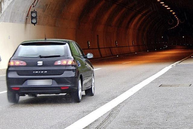 Stau vor Tunnel: Fahrer wenden illegal, einer fuhr Skateboard