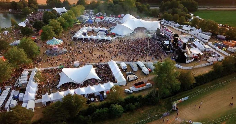Von oben sieht das Festivalgelände friedlich aus – und so war es auch.  | Foto: Falko Wehr/Michael Saurer